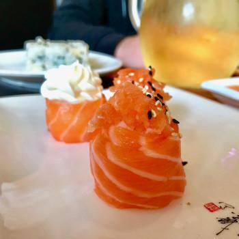 Salmon gunkan sushi (photo)