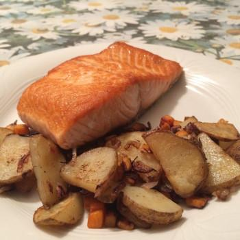 Salmon with roasted potatoes and carrots (photo)