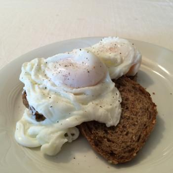 Toasted bread with poached eggs (photo)